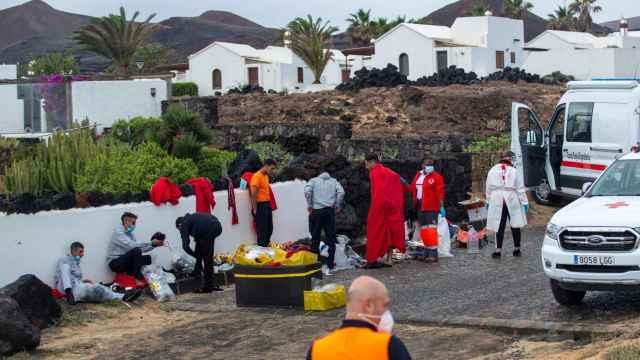 Una patera con 11 inmigrantes magrebíes llega al Charco del Palo, en Haría (Lanzarote).