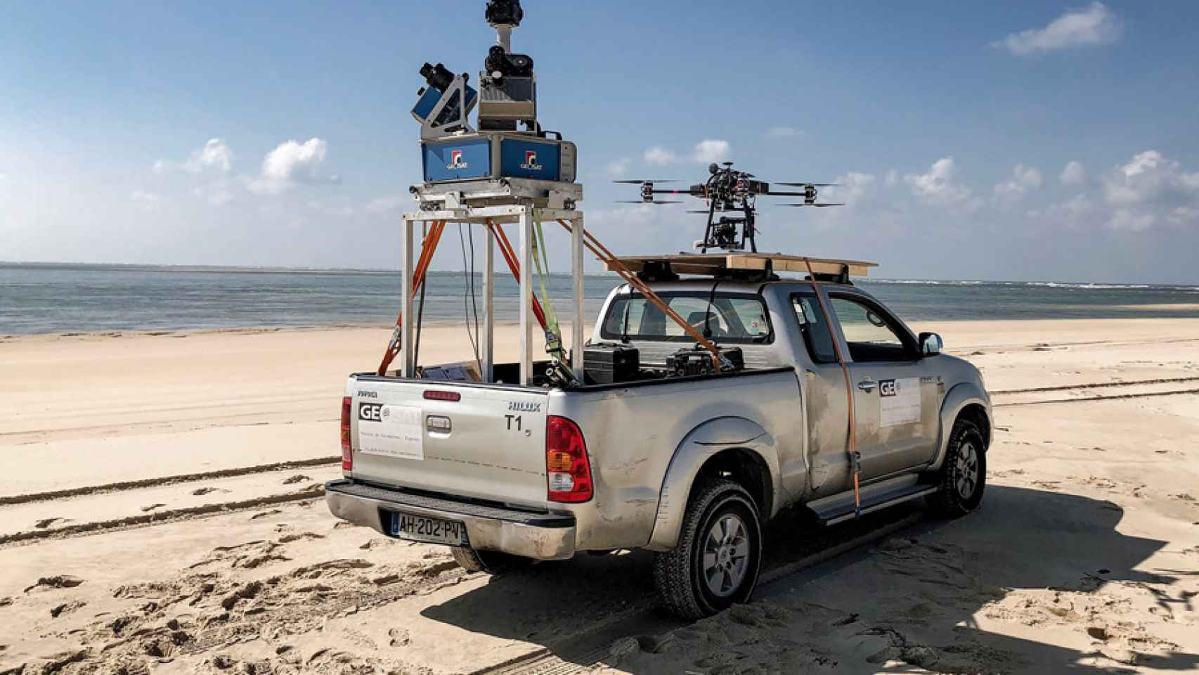 Uno de los vehículos a los que sigue el dron de Octocam-Maps para topografiar carreteras.