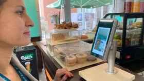 Una persona usando los pagos biométricos de PeasyPay, proyecto apoyado por EIT Digital