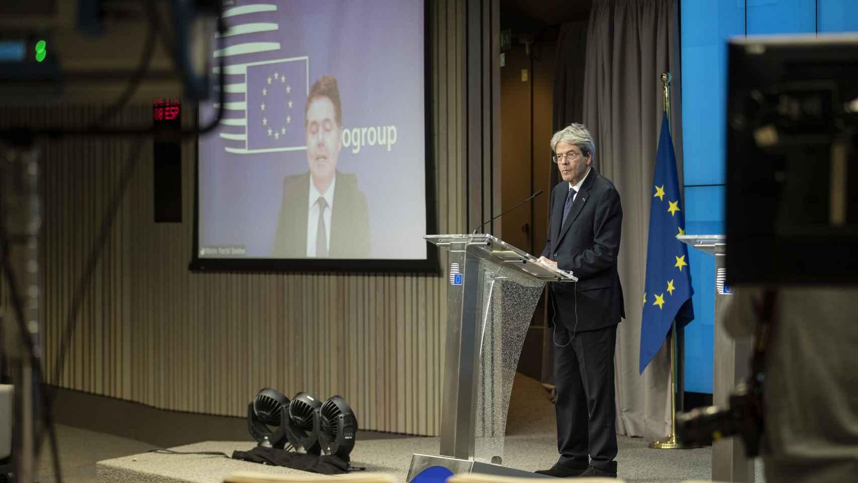 El presidente del Eurogrupo, Paschal Donohoe, y el comisario Paolo Gentiloni, durante la rueda de prensa de este lunes