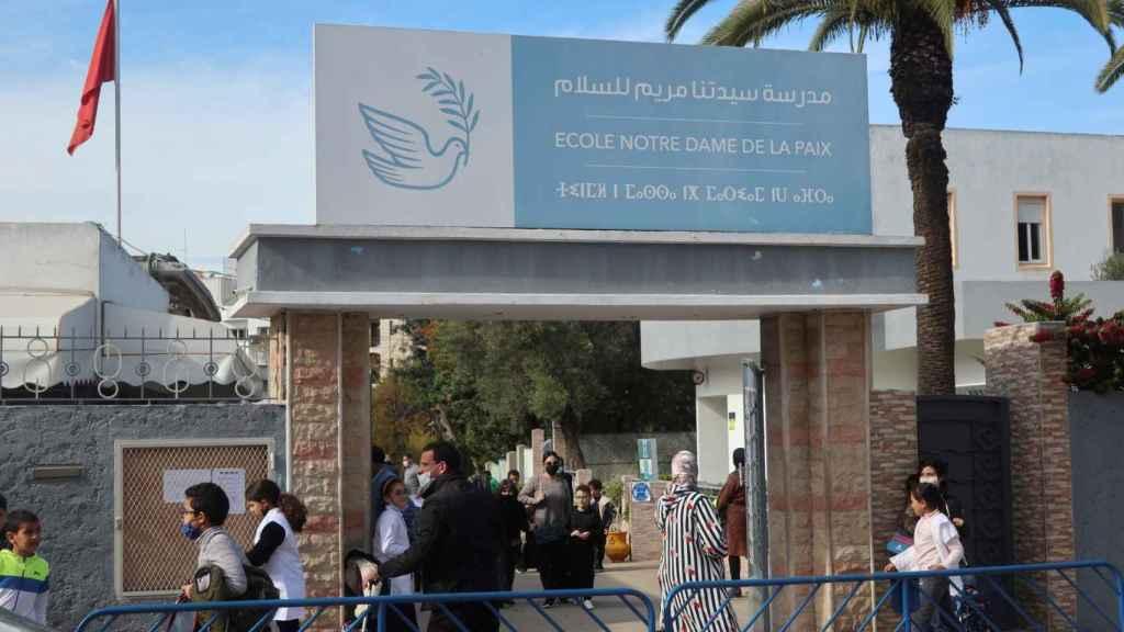 Varias personas a las puertas de la escuela Notre Dame de la Paix de la institución Escuelas Católicas de Marruecos (ECAM), de Rabat.