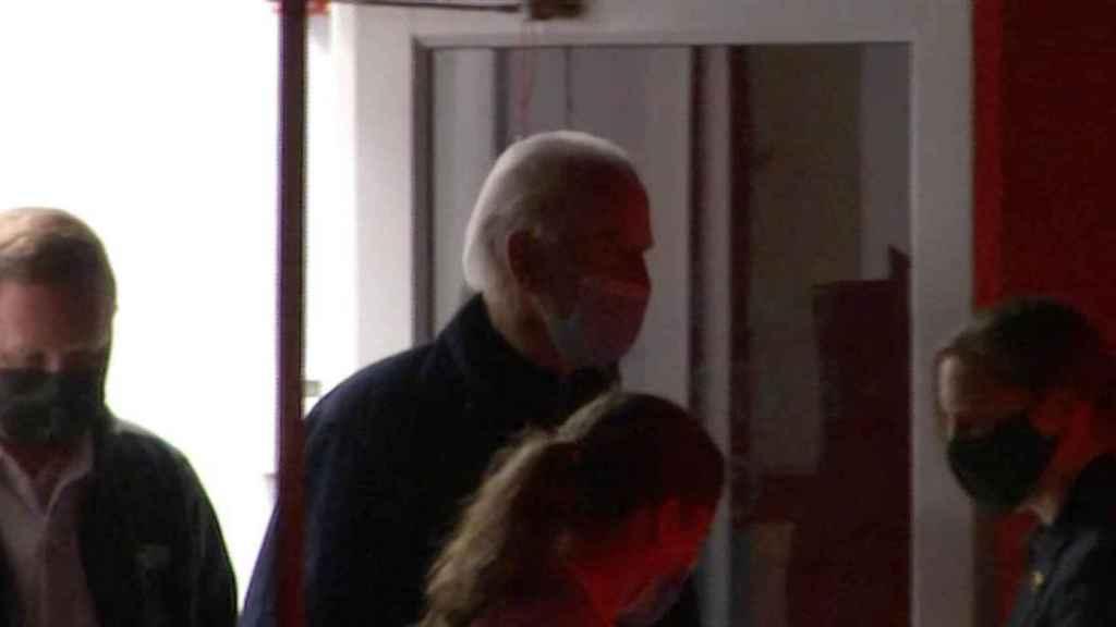 En imágenes de NBC, Joe Biden sale del centro médico en el que han examinado su tobillo, en Delaware.