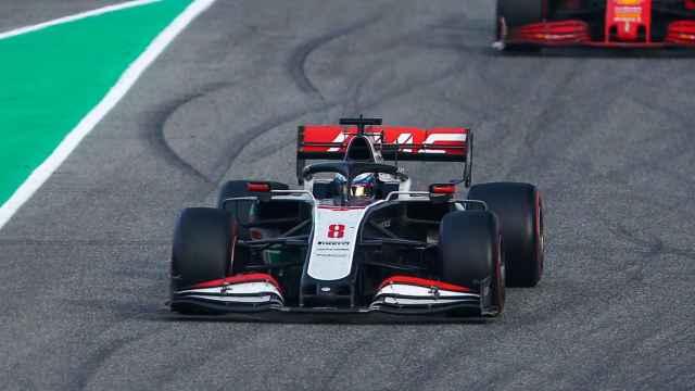 Coche de Fórmula 1 de Grosjean con el halo encima del piloto
