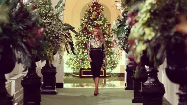 Melania Trump camina ante el árbol de Navidad del interior de la Casa Blanca.