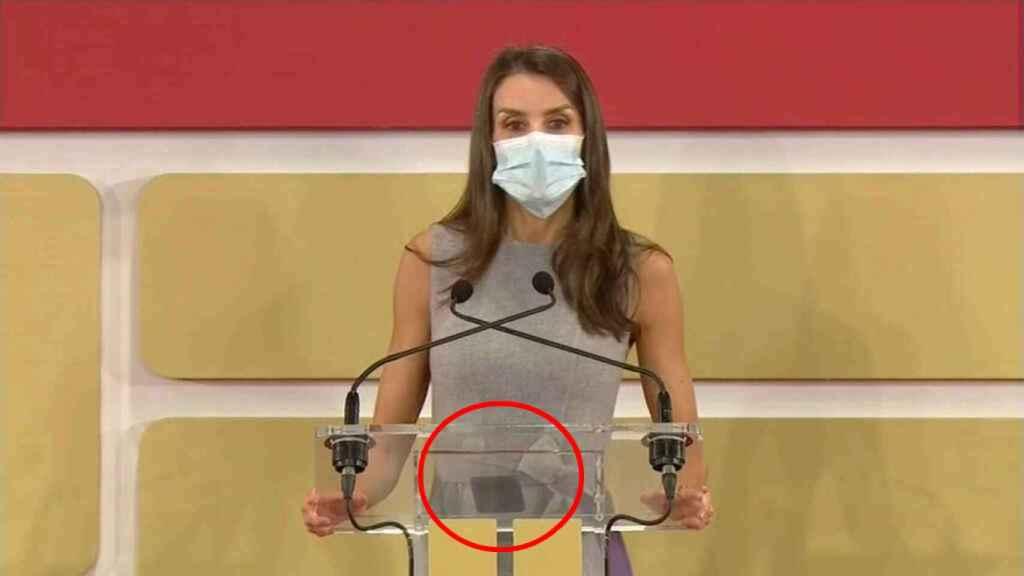 Este lunes en Valencia, Letizia volvió a recurrir a su dispositivo favorito donde guarda sus discursos.