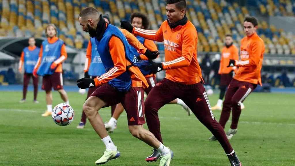 Karim Benzema y Casemiro, durante el entrenamiento en Kiev