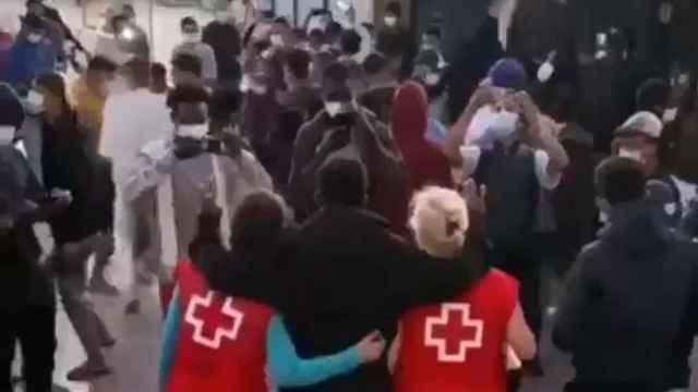 El vídeo de la indignante fiesta para inmigrantes organizada por Cruz roja en un hotel de Canarias