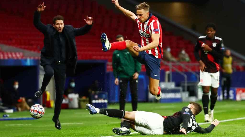 Llorente pelea un balón con el Atlético