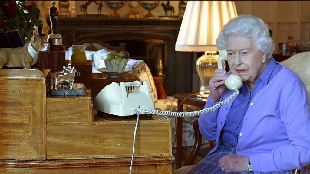 La reina Isabel atendiendo una llamada en Windsor.