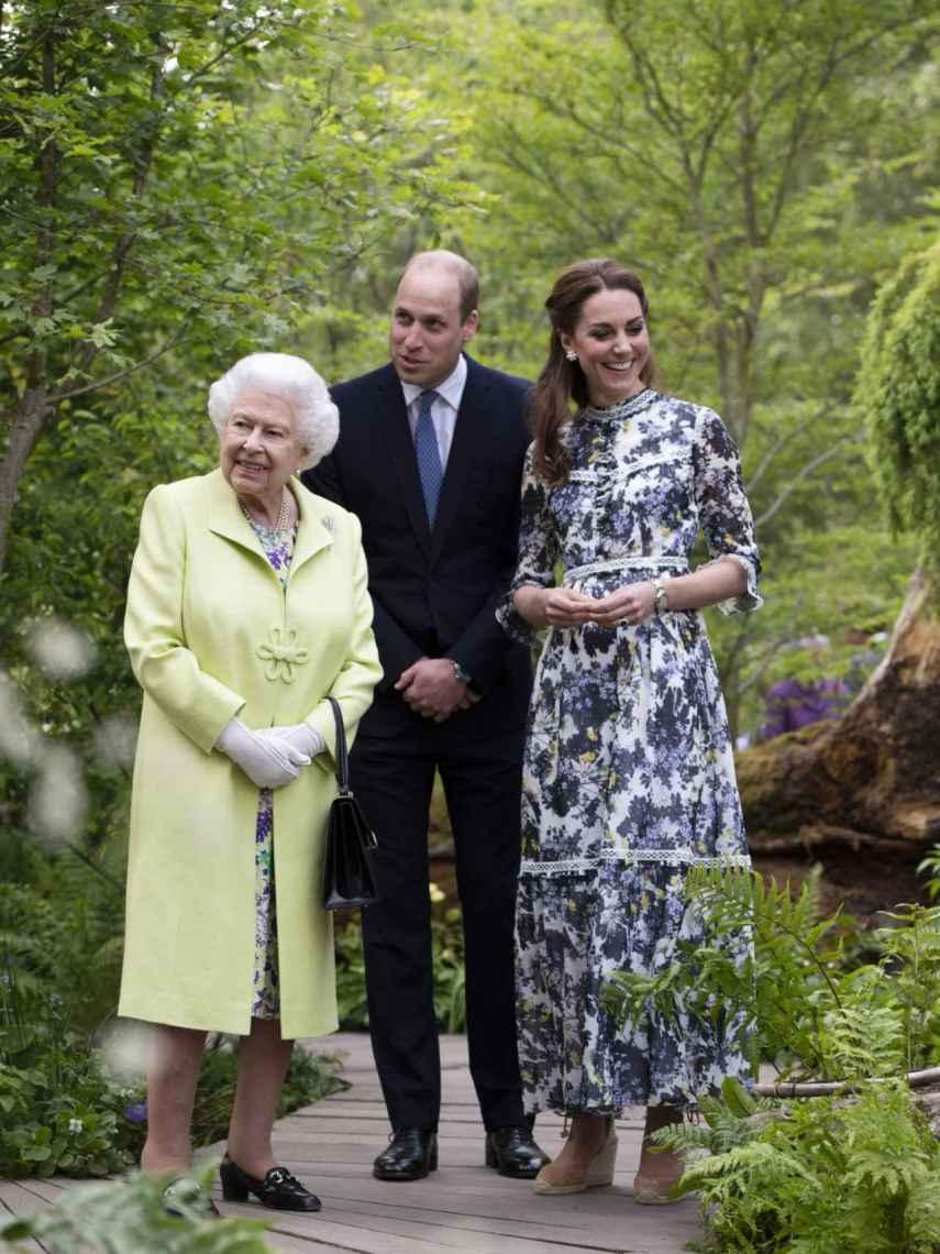 La reina Isabel, junto al príncipe Guillermo y Kate Middleton en uno de sus compromisos.