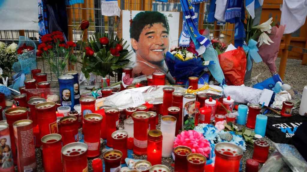Altar a Maradona repleto de velas y homenajes