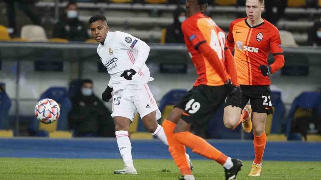 Rodrygo filtra un pase ante Vitao, en el Shakhtar Donetsk - Real Madrid