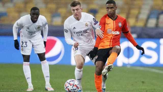 Toni Kroos presiona a un jugador del Shakhtar