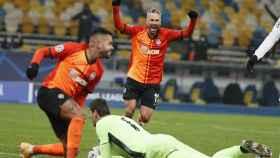 Los jugadores del Shakhtar celebran un gol mientras Courtois sigue tendido en el suelo