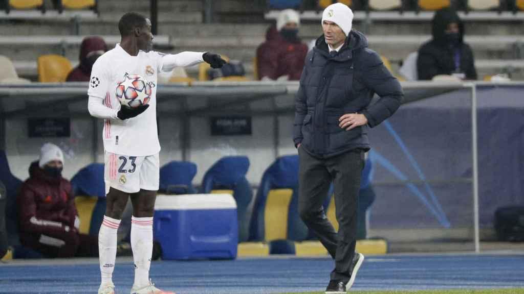 Zidane habla con Mendy antes de un saque de banda