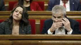 Inés Arrimadas y Carrizosa, su candidato en las catalanas, en el Parlament.