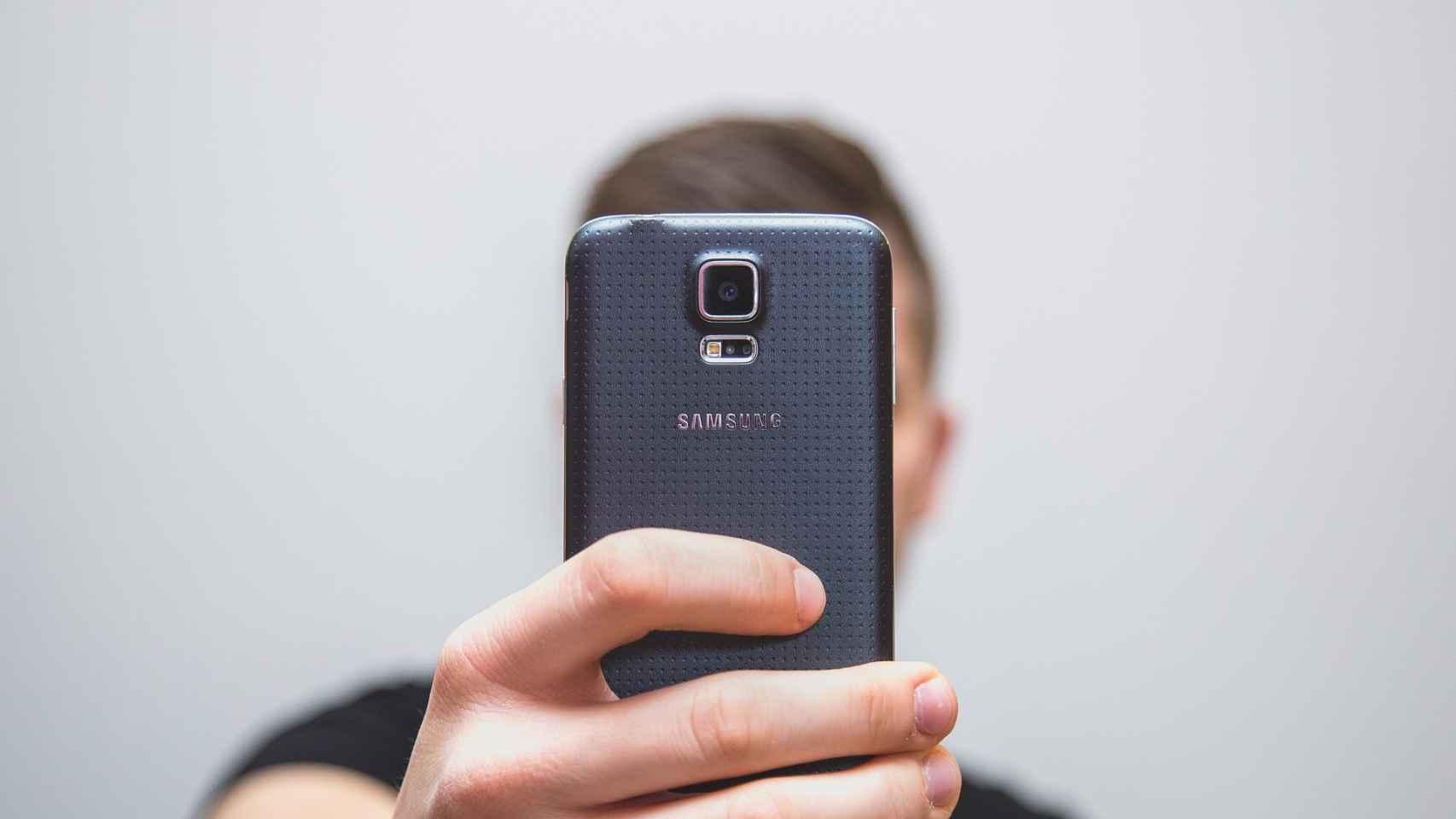 Un teléfono móvil con reconocimiento facial.