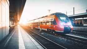 Un tren pasando a toda velocidad.