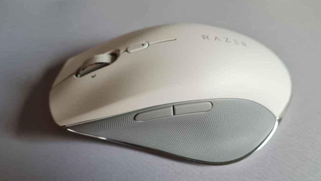Con un esquema de color en blanco y gris, el Razer Pro Click destaca