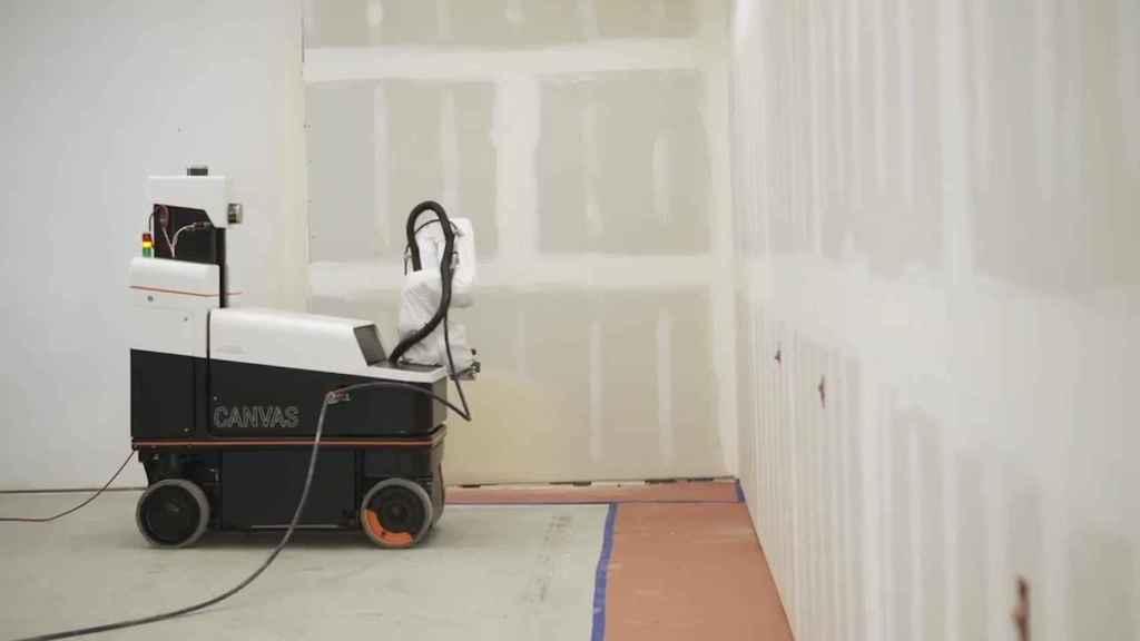 El robot puede escanear las paredes y aplicar un compuesto para paneles de yeso.