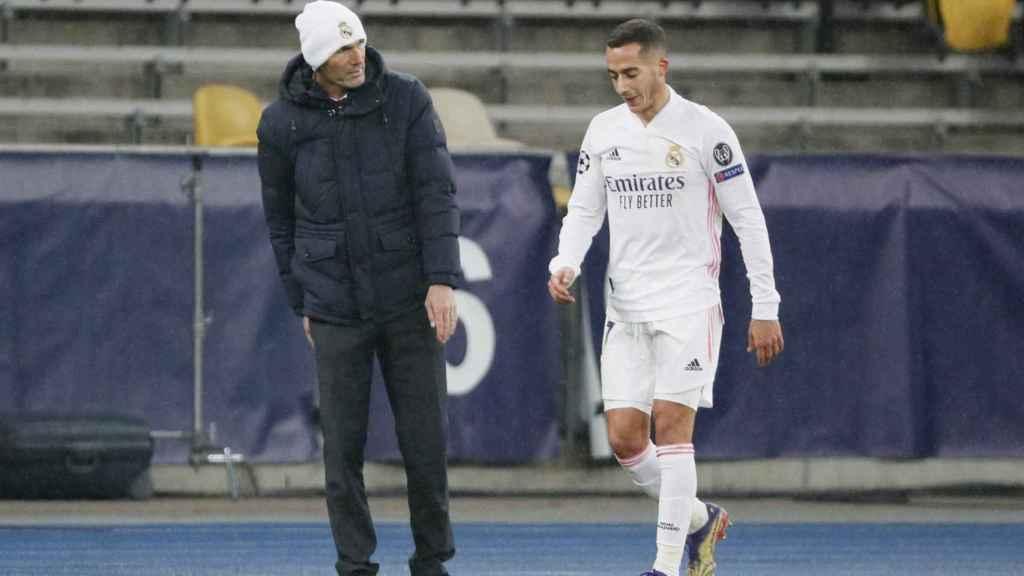 Zinedine Zidane y Lucas Vázquez, durante el partido frente al Shakhtar Donetsk