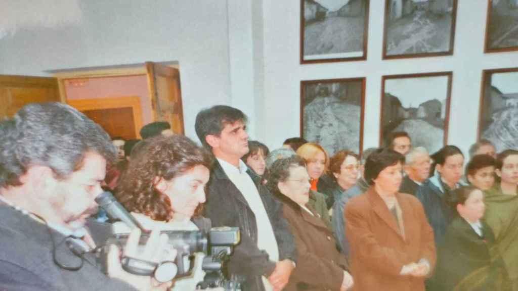 Vecinos de Fuente de Santa Cruz, en 2005. En el centro, de camisa blanca y chaqueta negra, Alberto 'el Gallo'.