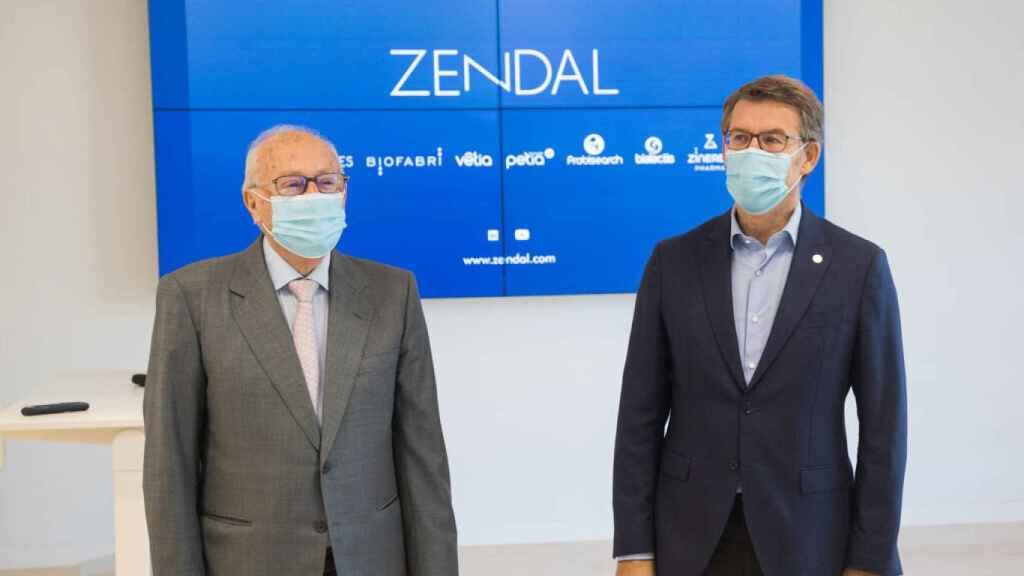 El presidente de Galicia, Alberto Núñez Feijoó, en la fábrica de Zendal, a finales de octubre.