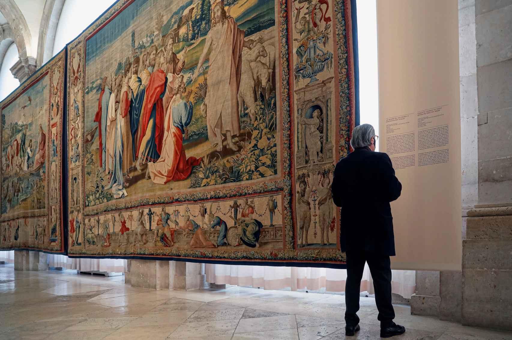 Un hombre delante del tapiz 'La misión de San Pedro'.