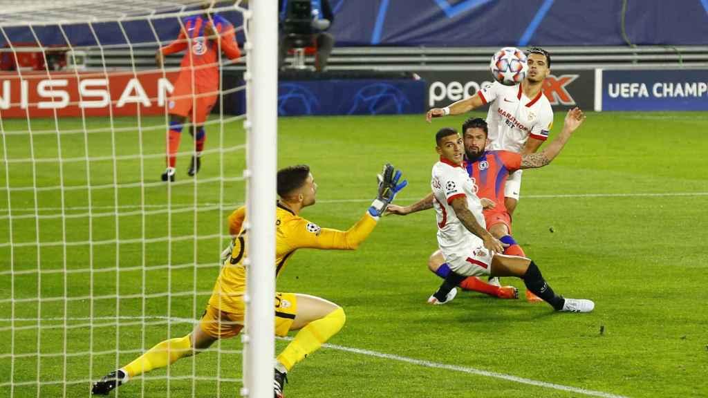Giroud anotando ante el Sevilla