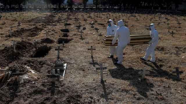 Fosas cavadas en Brasil para enterrar a víctimas de la Covid. EFE/Antonio Lacerda.