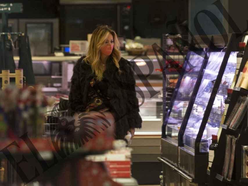 La suegra de Tamara Falcó ha acudido al supermercado tras su jornada laboral.