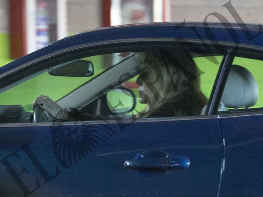 Carolina Molas se mueve por Madrid conduciendo un Jaguar azul.