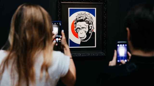 Obra de Banksy en el Círculo de Bellas Artes.