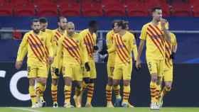 Piña de los jugadores del Barcelona en el Puskas Arena