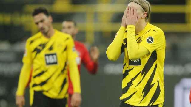 Haaland se lamenta durante un partido del Borussia Dortmund