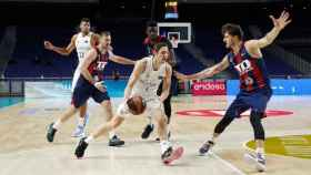 Causeur intentando anotar ante Baskonia