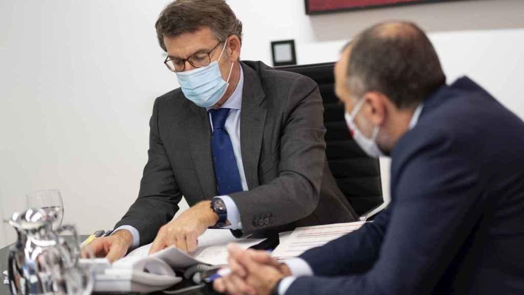 El presidente de la Xunta de Galicia, Alberto Núñez Feijóo, participando en la reunión del comité clínico acompañado del consejero de Sanidad, Julio García Comesaña.