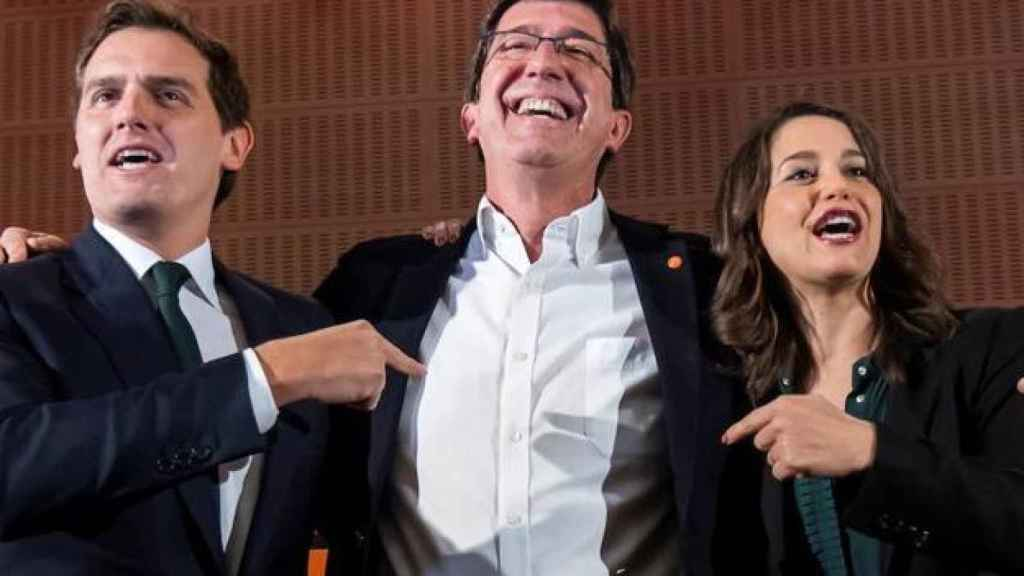Juan Marín, en un acto electoral, rodeado por Albert Rivera e Inés Arrimadas.