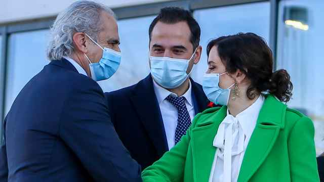 Enrique Ruiz Escudero saluda a Isabel Díaz Ayuso, bajo la mirada de Ignacio Aguado.