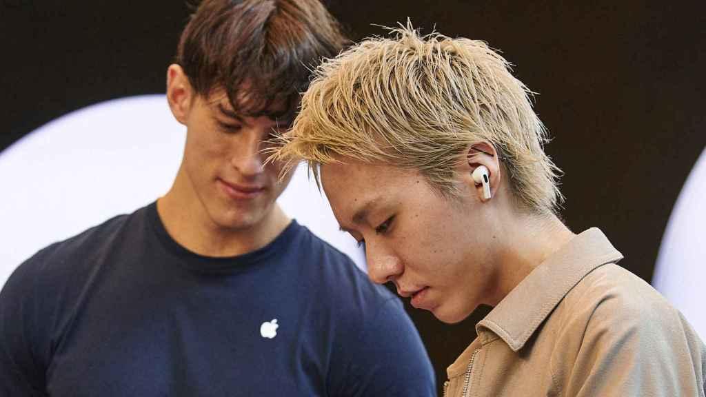 Los AirPods de Apple permiten escuchar mensajes de apps como Telegram