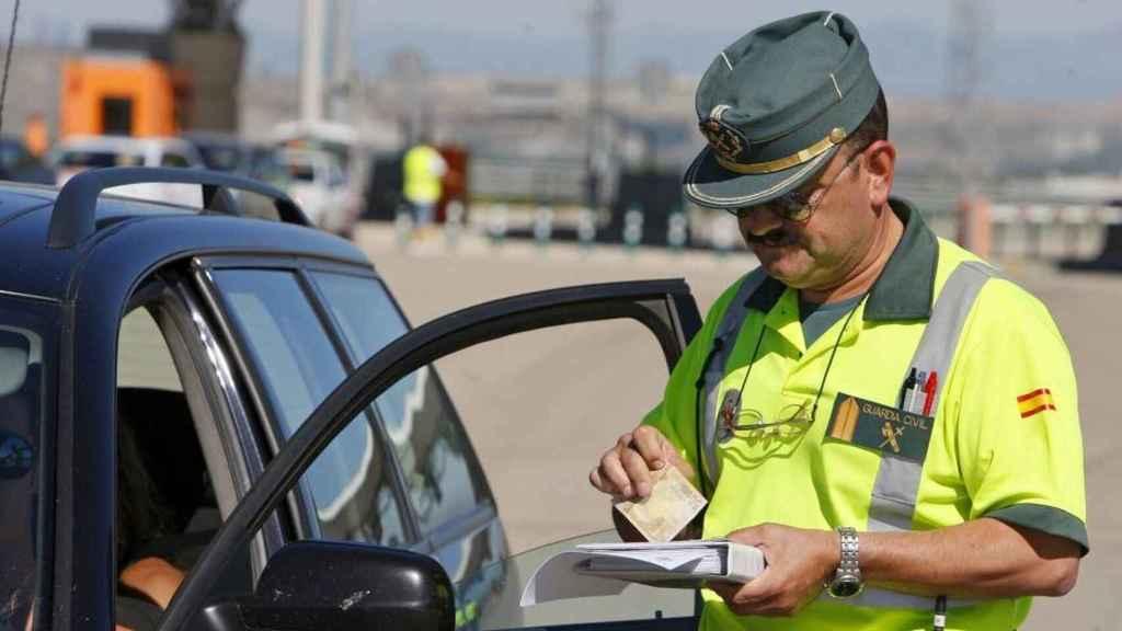 Agente de la Guardia Civil poniendo una multa de tráfico.