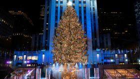 La Navidad comienza en Nueva York con el tradicional encendido del árbol del Rockefeller Center.
