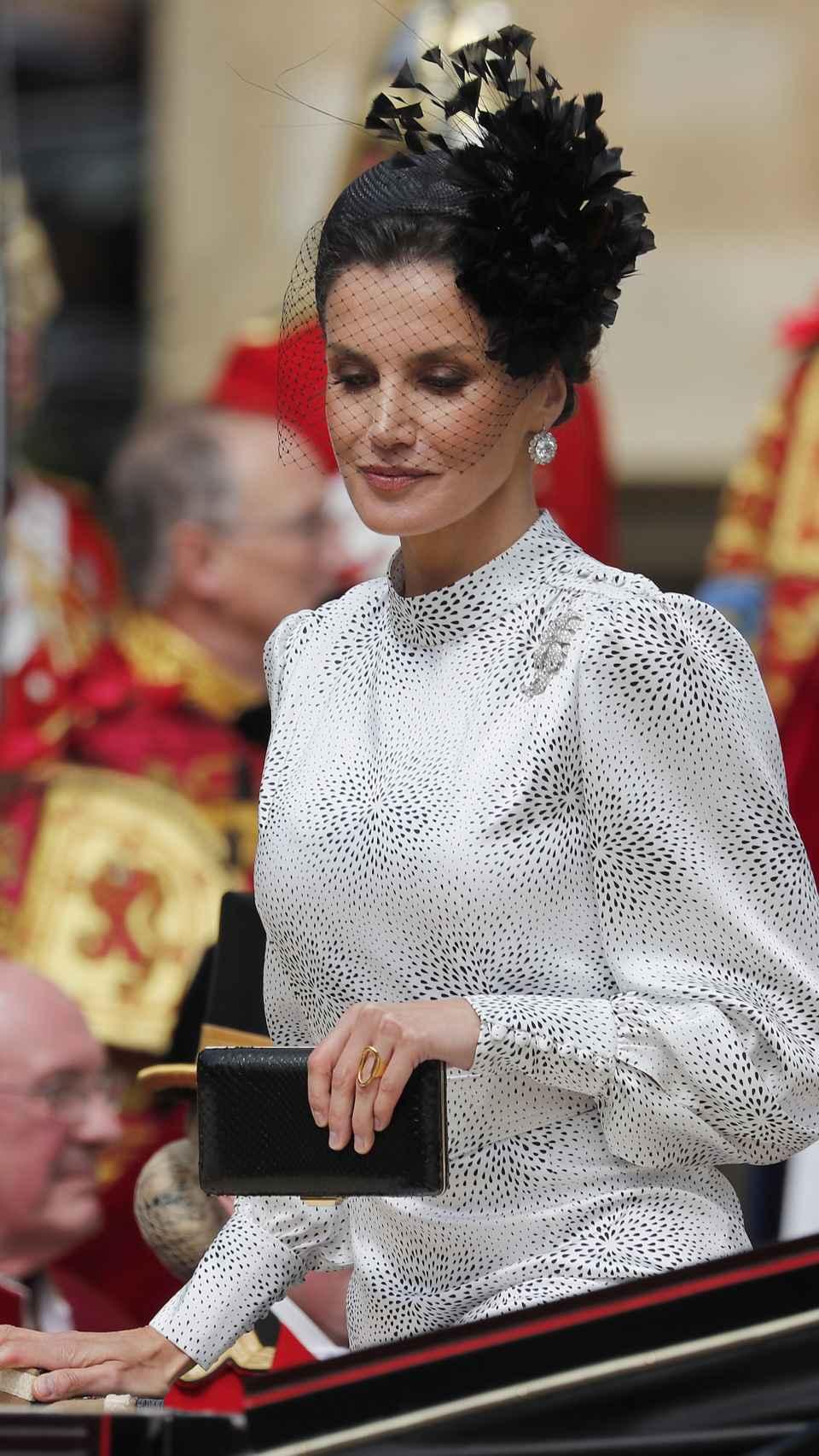La reina Letizia con vestido de Cherubina y pendientes de chatones del joyero de pasar en Windsor.