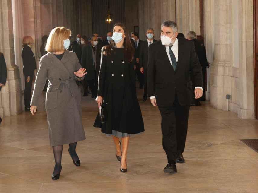 La reina Letizia junto al ministro de Cultura, José Manuel Rodríguez Uribes, en la inauguración de la exposición 'Rafael en palacio, tapices para Felipe II'.