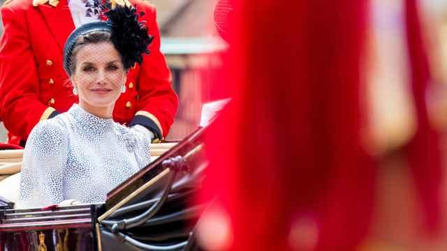 La reina Letizia con vestido de la firma sevillana Cherubina en Windsor (Reino Unido).