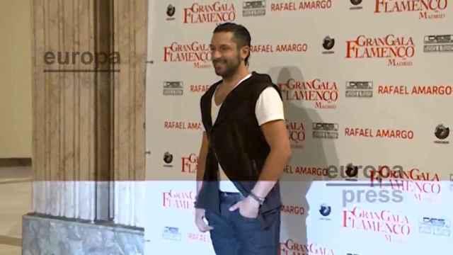 Rafael Amargo, oculto bajo una capucha, sale de comisaría y llega a los Juzgados