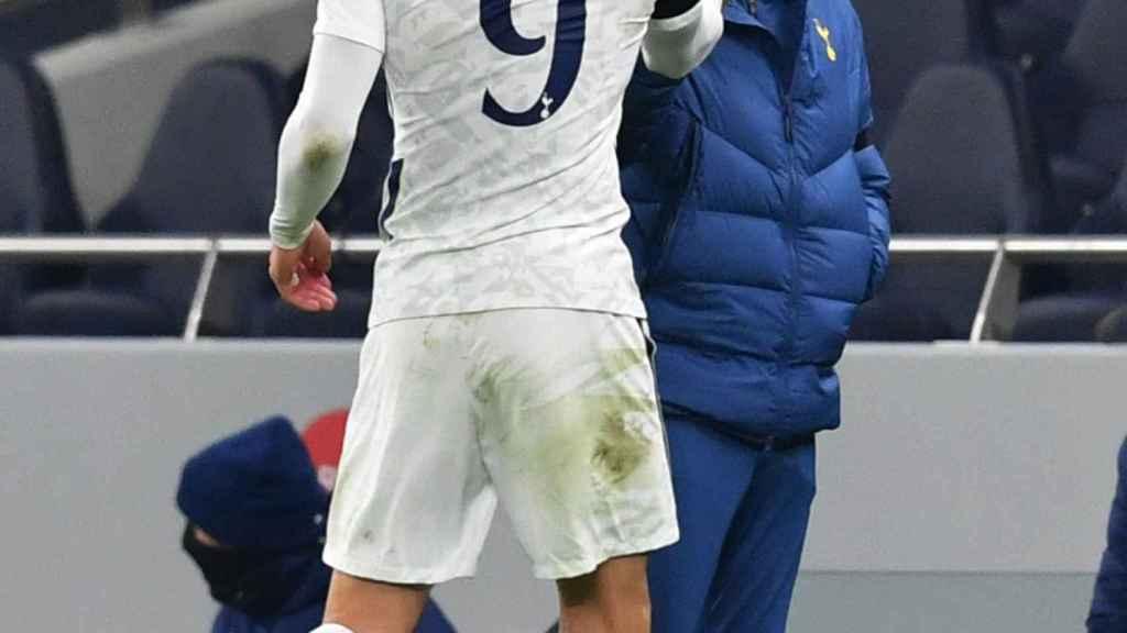 Bale, siendo sustituido, se saluda con Mourinho