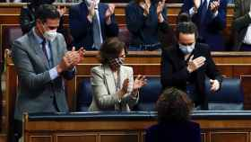 Pedro Sánchez aplaude a la ministra de Hacienda tras la votación de los Presupuestos.