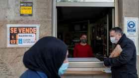 El camarero de un bar atiende a un cliente en Orense.