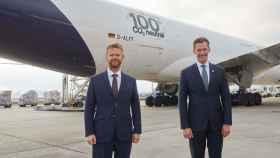 Peter Gerber, consejero delegado de Lufthansa, y Jochen Thewes, consejero delegado de DB Schenker.
